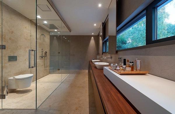 Bad aus Naturstein: Jura gelb, Holz und Glas
