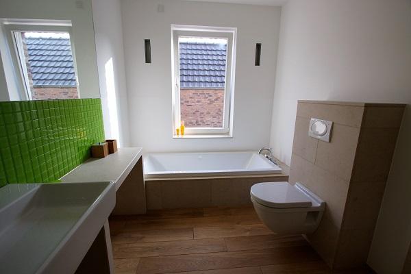 Naturstein im Bad, wohnlich, warm und mit frischem Akzent